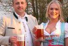 Brauereichef Rainer Mohr mit Viktoria Heil